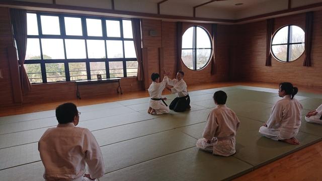 座り技正面打ち一ヶ条抑え(二)1.JPG