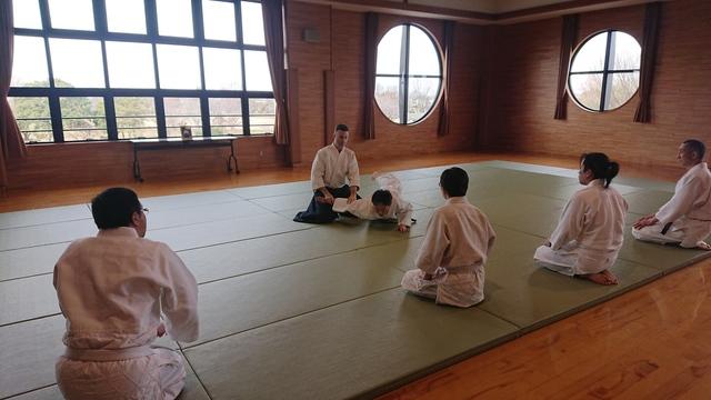 座り技正面打ち一ヶ条抑え(二)2.JPG
