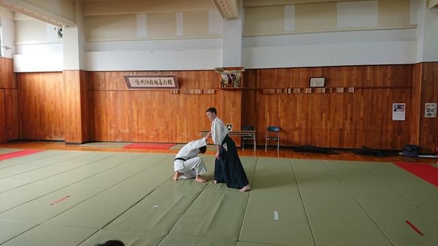 胸持ち二ヶ条抑え(一)3.JPG