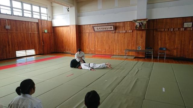 胸持ち二ヶ条抑え(一)7.JPG